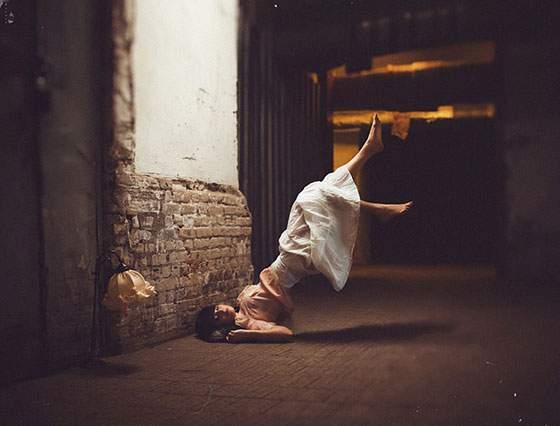 ドレスを着た女性の無重力写真作品 - 06