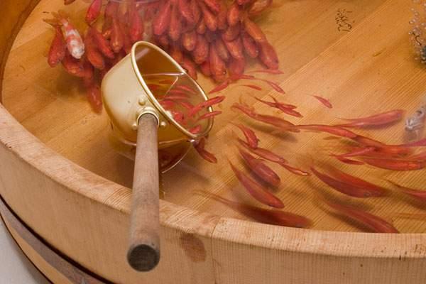 絵具と樹脂を組み合わせて描く立体的な金魚 - 01
