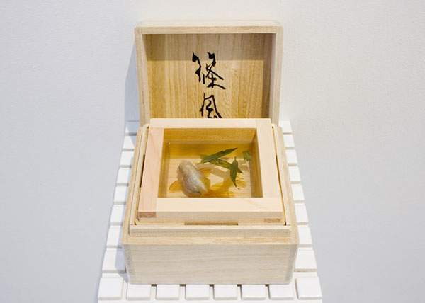 絵具と樹脂を組み合わせて描く立体的な金魚 - 06