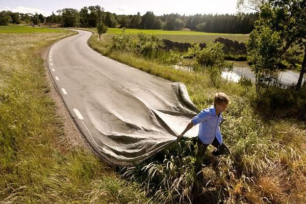 シーツのように道路をひく男