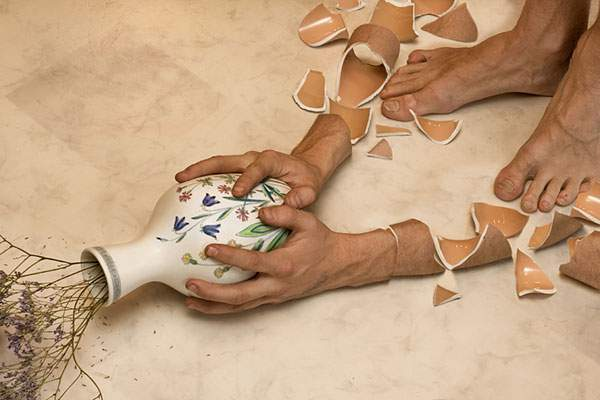 花瓶のように割れる腕