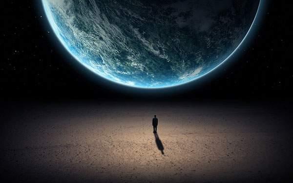 ぼんやりと光る地球と一人の男