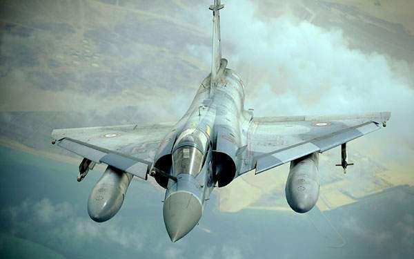 正面からみた戦闘機
