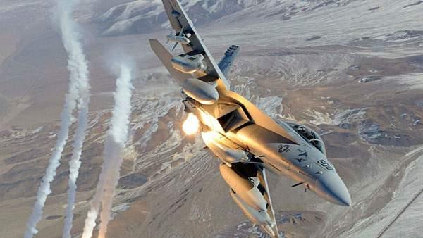 大きく旋回する戦闘機の壁紙画像