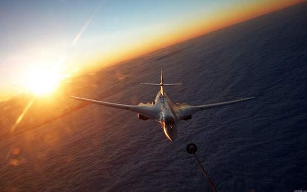 夕日と海の上を飛ぶ戦闘機