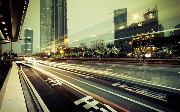 長時間露光で撮影された道路の写真