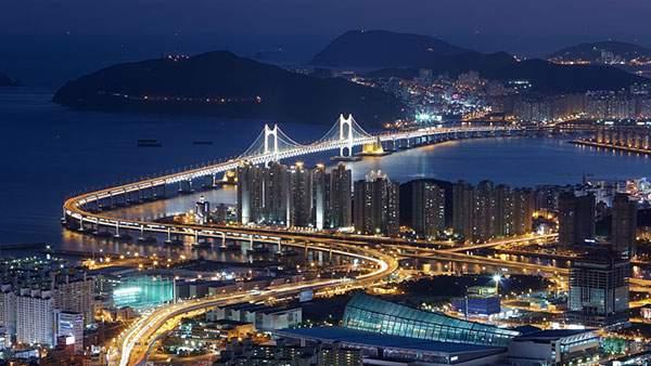 街と橋の美しい夜景