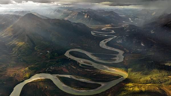 アラスカの曲がりくねった川の写真