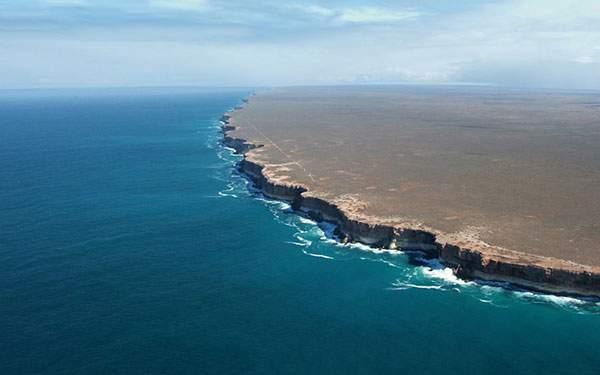 切り立った海岸と水平線の写真