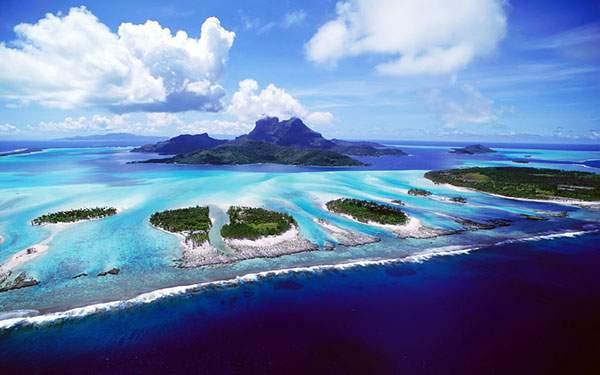 鮮やかなブルーの海と緑の島々