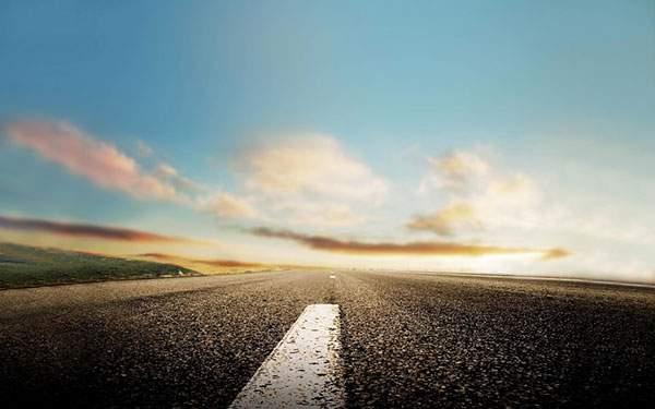 まっすぐ続く道と空の壁紙
