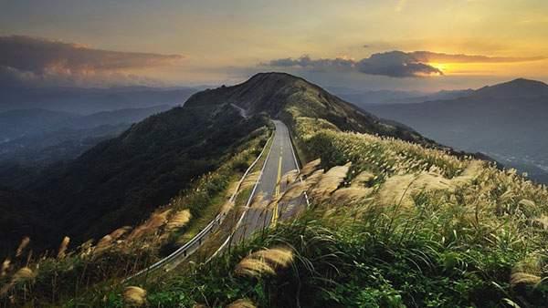夕焼けと山道の写真画像