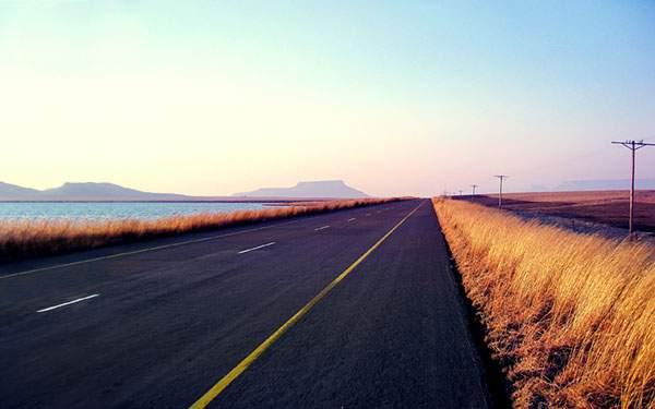 海沿いのまっすぐな道
