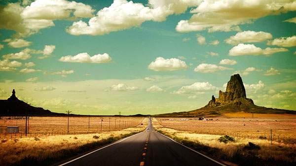 どこまでもまっすぐ続いていく道