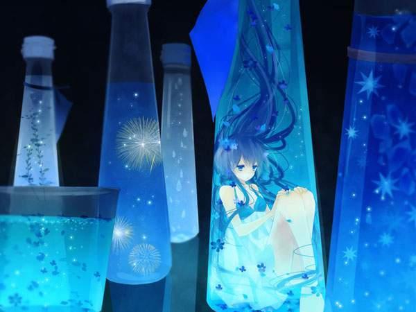 青い小さな瓶の中の初音ミク