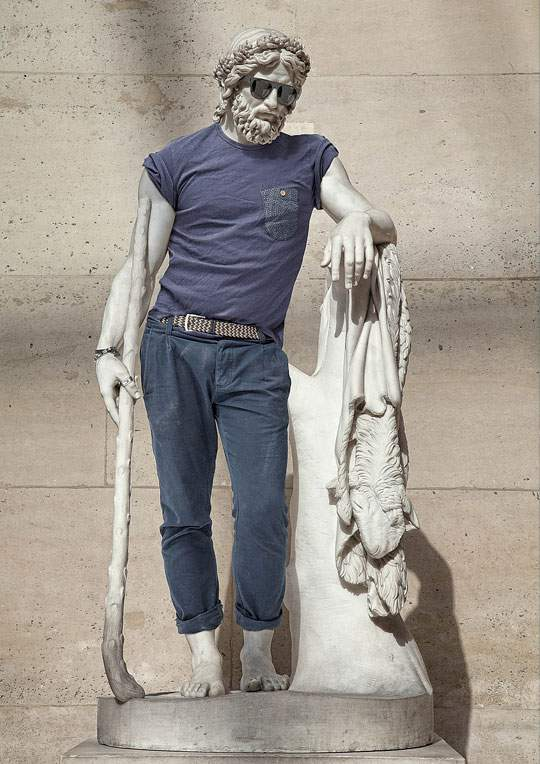 ルーブル美術館の裸の彫刻に普段着を着せたアート作品 - 01