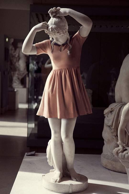 ルーブル美術館の裸の彫刻に普段着を着せたアート作品 - 02
