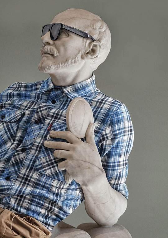 ルーブル美術館の裸の彫刻に普段着を着せたアート作品 - 03