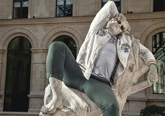 ルーブル美術館の裸の彫刻に普段着を着せたアート作品 - 05