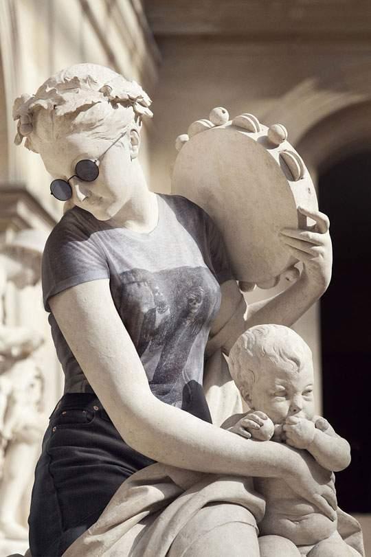ルーブル美術館の裸の彫刻に普段着を着せたアート作品 - 07