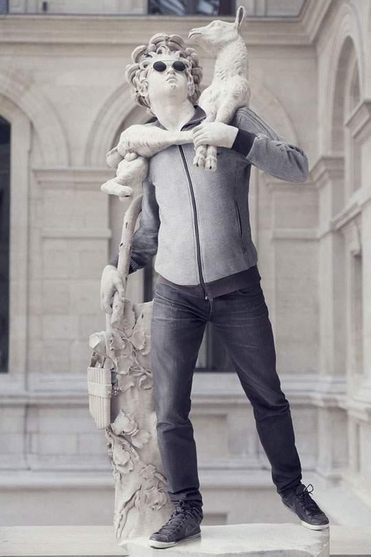 ルーブル美術館の裸の彫刻に普段着を着せたアート作品 - 08