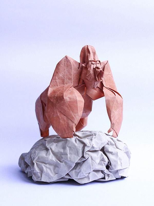 岩の上のたくましいゴリラ