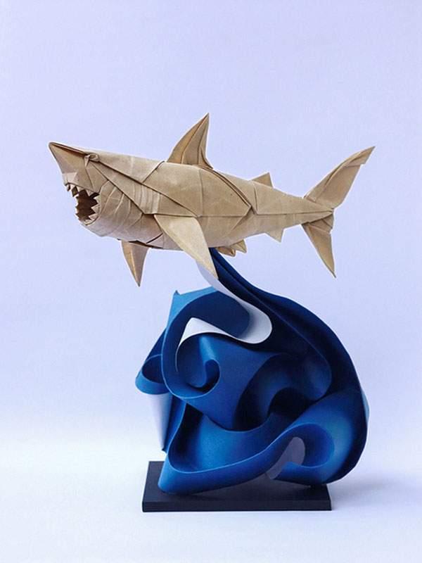 波から飛び出すサメ