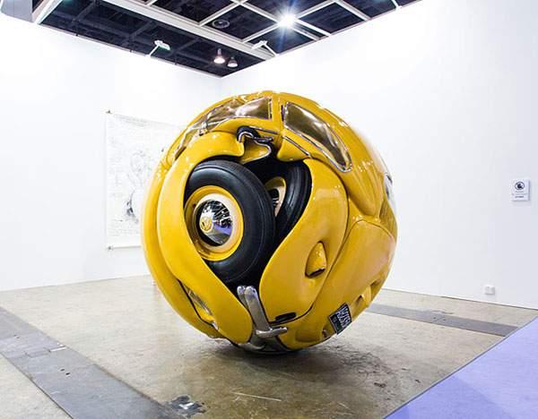 車がクシャっと球体に!?フォルクスワーゲン・ビートルを使ったアート作品 - 01
