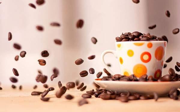 たくさんの飛び散るコーヒー豆