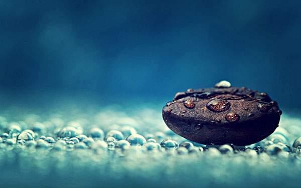 コーヒー豆と水滴をアップで撮影した写真壁紙