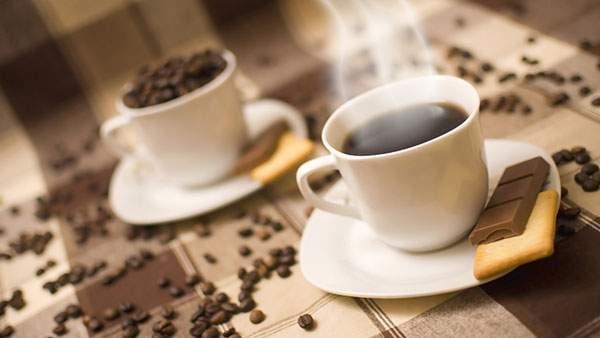 湯気の立ち上るコーヒーとお茶請けのお菓子