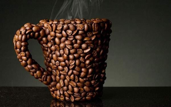 コーヒー豆で形作られたコーヒーカップ壁紙