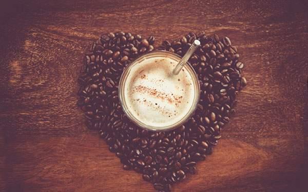 ハート型に敷き詰めたコーヒー豆と真上から撮影したコーヒー