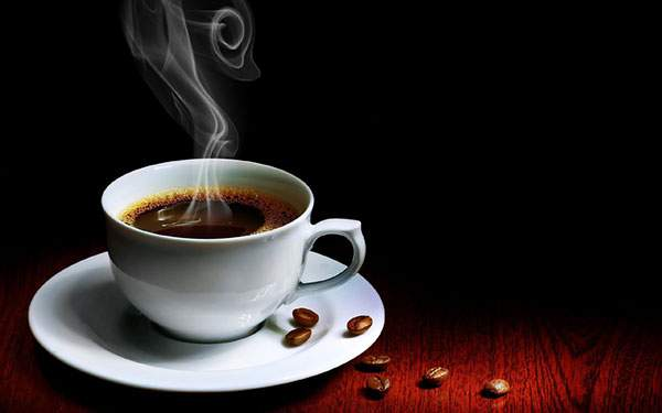 暗い中で撮影したコーヒーのクールな雰囲気の写真