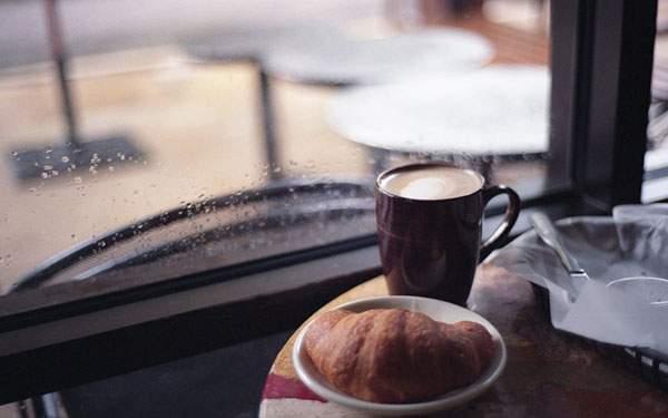 クロワッサンとコーヒーと窓の外の雨