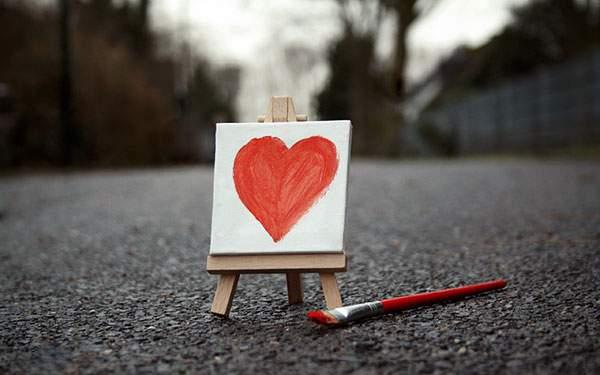 小さなイーゼルとキャンバスに描かれたハートのかわいい写真