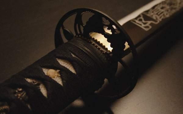 鞘に収めた日本刀の渋い壁紙画像