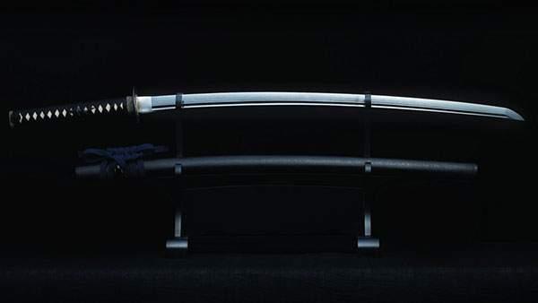 暗い背景の中で美しく光る日本刀と鞘の写真壁紙