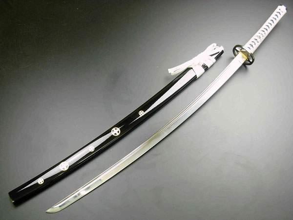 白い柄の美しい日本刀の写真の壁紙画像