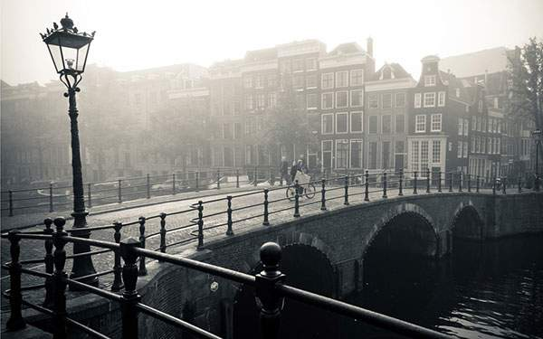 橋のある街のモノクロ・白黒写真の壁紙