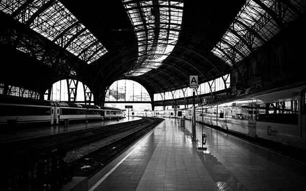 駅を撮影したクールなモノクロ写真