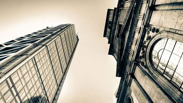 ビルを下から見上げて撮影したモノクロ写真素材