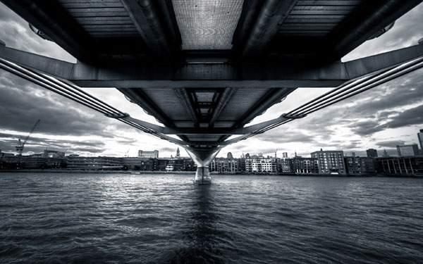 橋の下から対岸の街を見た写真の壁紙画像