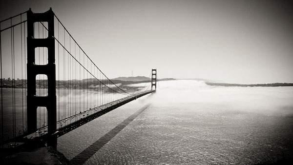 海にかかる大きな橋を空から撮影したモノクロ写真