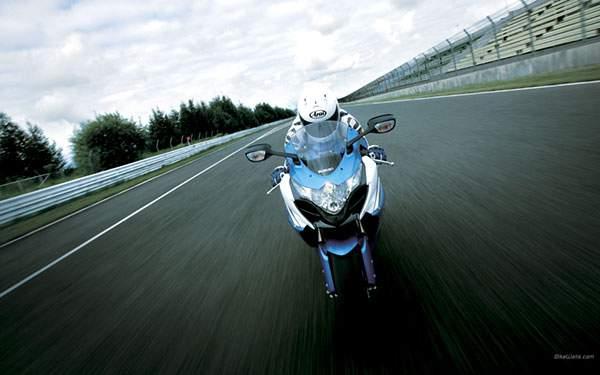 サーキットを走るレーサーのかっこいい画像(スズキ/GSX-R)