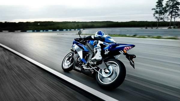 ブルーのレーシングスーツのレーサー(ヤマハ)