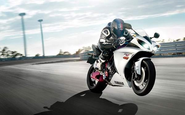 サーキットでウィリー走行をするレーサー(ヤマハ/R1)
