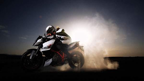 砂埃を巻き上げて走るかっこいいバイク画像(KTM 990 ADVENTURE)