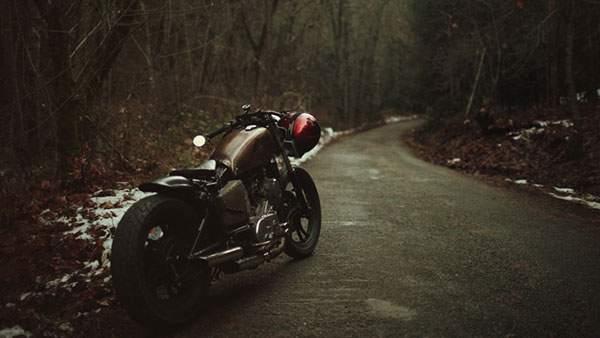 山道とレトロなバイクのかっこいい壁紙画像