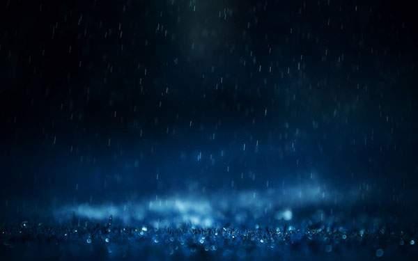 暗闇の中で青く光る綺麗な雨の写真